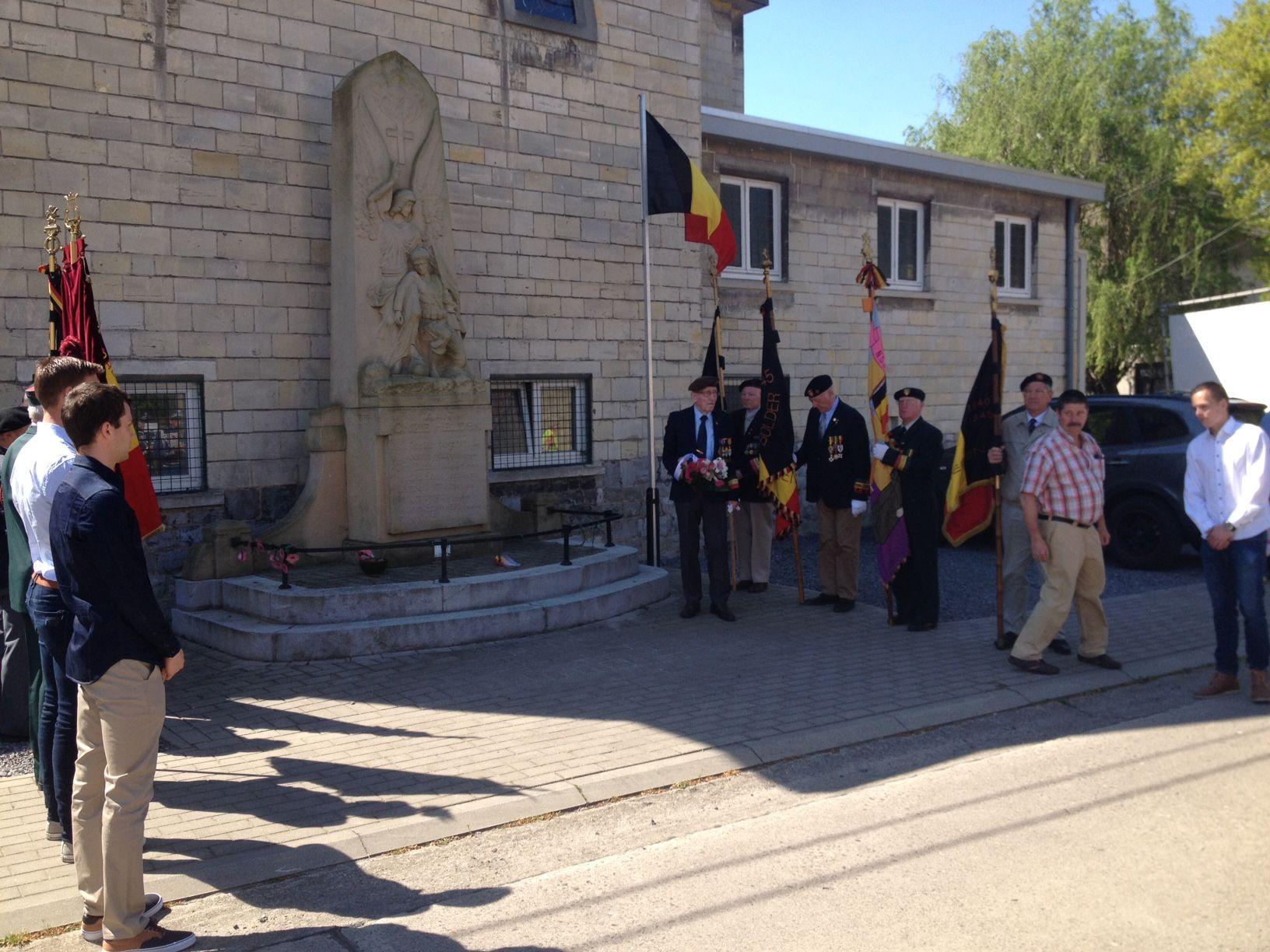 Over de jaarlijkse herdenking van WO II en de herbegraving van vijf grenadiers in Kanne.