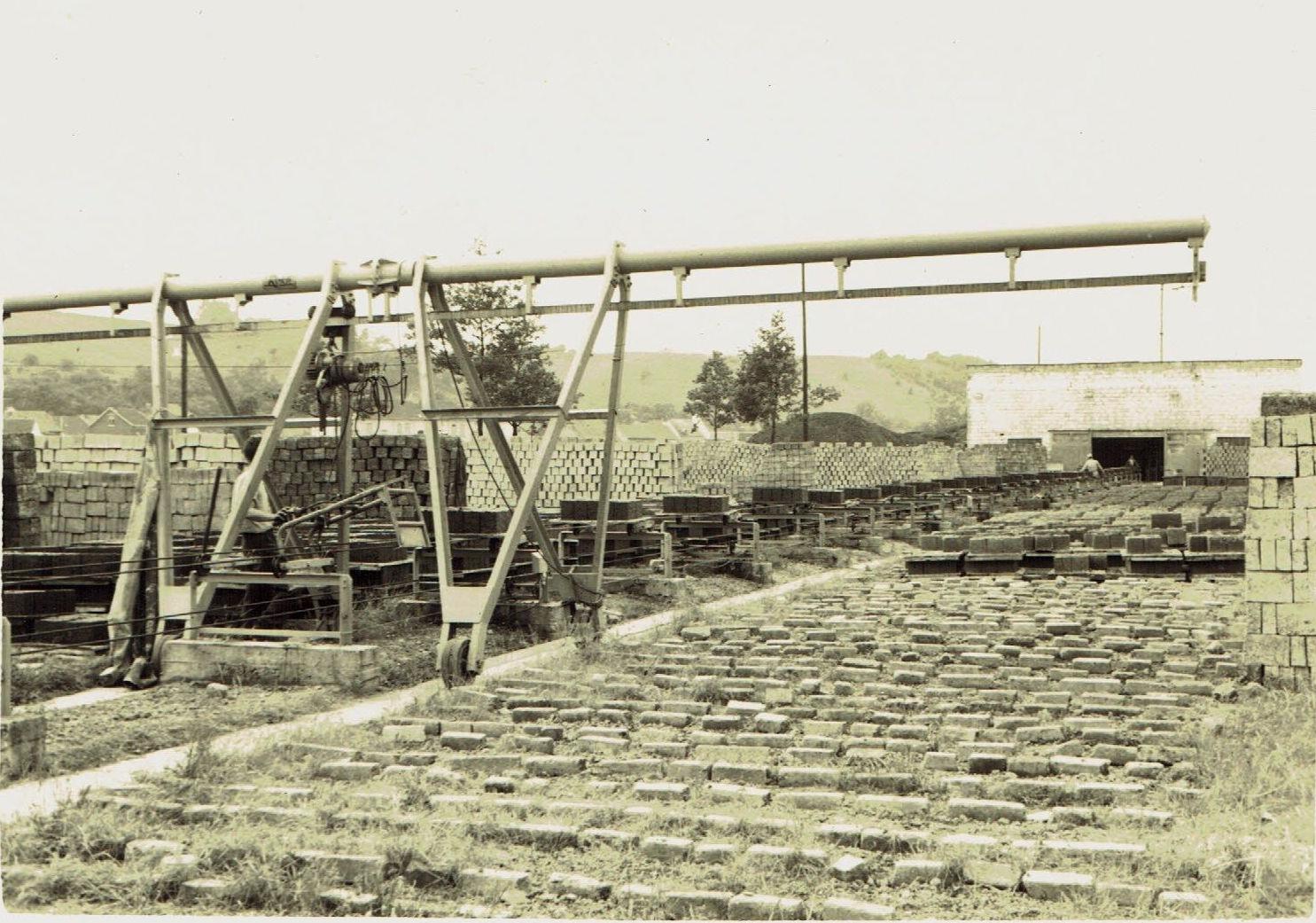 """Het """"Blokkenfabriek van Jorissen""""  langs het Kanaal."""